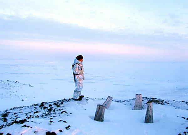 Пограничник смотрит на Ледовитый океан.
