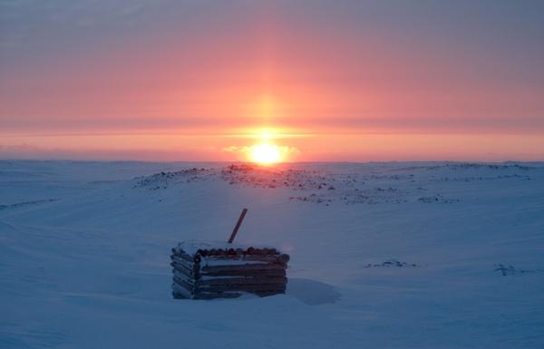 В кадре - крыша блиндажа, остатки старой немецкой метеостанции, которая была здесь во времена ВОВ. Долгое время ее существование было загадкой. В научном сообществе шел спор: одни исследователи утверждали, что в Арктике была секретная база для немецких подлодок, другие считали это легендой. Как бы то ни было, а немецкие метеостанции в Арктике были.