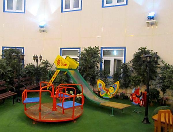 Дети здесь бывают редко, но для них есть небольшая детская площадка.
