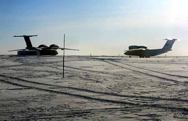 Аэродром на арктическом острове Земля Александры работает только зимой, которая здесь длится около 10 месяцев. Летом взлетная полоса раскисает, а потому самолеты берут отпуск.