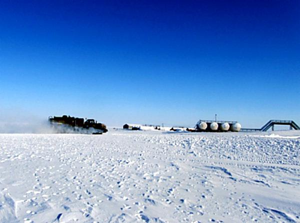 Служебный автомобиль даже во льдах найдет верную дорогу.