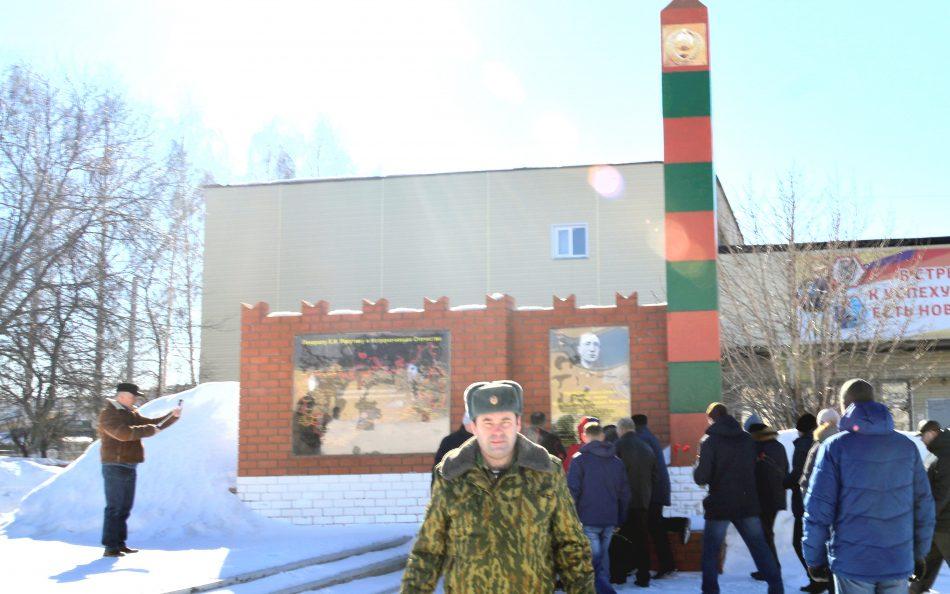 Пограничники Выксы в знак памяти и благодарности героям, возложили цветы к памятнику.