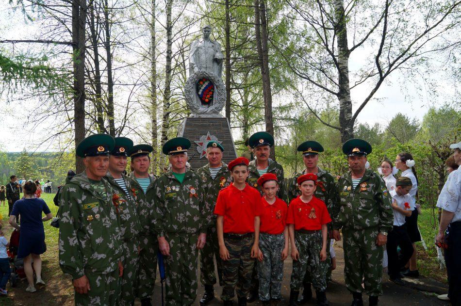 Варнавинские пограничники с юноармейцами у Памятника